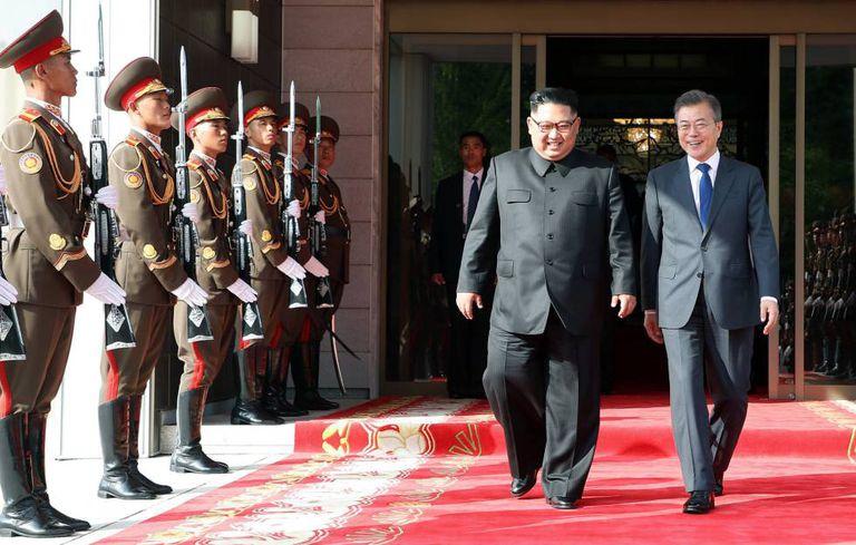 Kim Jong-un e o presidente sul-coreano, Moon Jae-in, ontem.