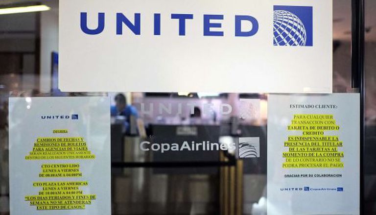 """Aviso de """"fechado"""" em escritórios de linhas aéreas na Venezuela."""
