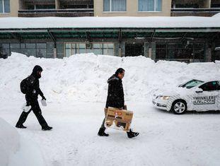 Participantes do Fórum de Davos chegam à Suíça sob forte neve.