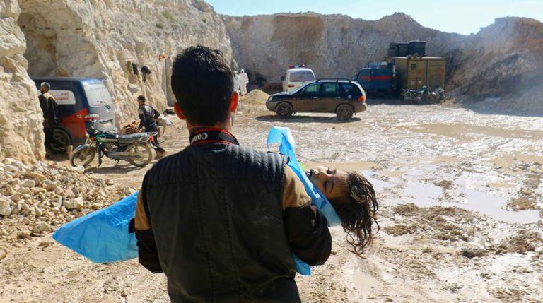 Homem com o corpo de uma criança após o ataque químico.