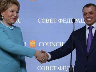 Valentina Matviyenko, chefe do conselho da Rússia com o porta-voz no parlamento da Crimeia, Vladimir Konstantinov.