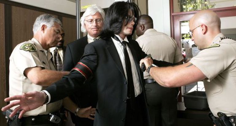 Michael Jackson, no controle do tribunal de Santa Bárbara (Califórnia) em junho de 2005.