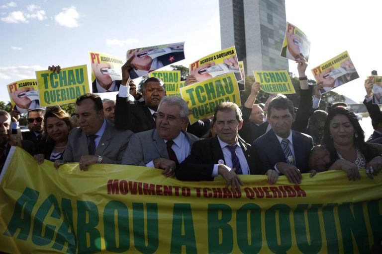 Deputados favoráveis ao impeachment protestam na Praça dos Três Poderes.