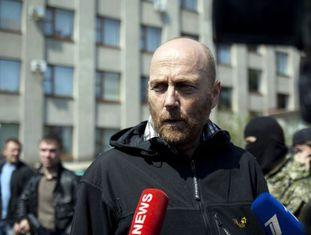 Axel Schneider, um dos inspetores libertados, em Slavyansk.