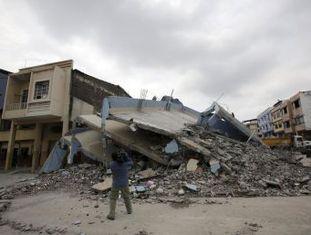 Autoridades avaliam que a reconstrução das áreas afetadas custará bilhões de dólares. O tremor deixou mais de 5.000 desabrigados