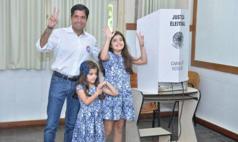ACM Netto vota com as filhas.