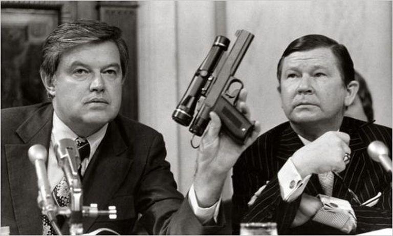 Em 1975, o senador Frank Church presidiu um comitê de investigação sobre a CIA. Na imagem, ele segura uma pistola com veneno, propriedade da agência.
