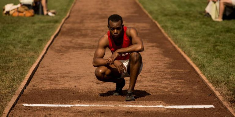 Stephan James interpreta o atleta Jesse Owens em 'Raça', filme de 2016.