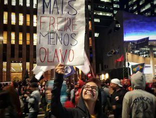 Manifestante na avenida Paulista nesta terça.