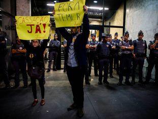Duas pessoas protestam pedem a cassação de Temer, em 6 de junho.