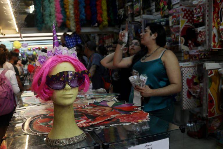 Cariocas buscam fantasias para o Carnaval.