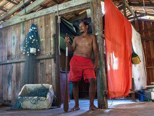O ribeirinho Tuíca, em sua casa na Reserva de Desenvolvimento Sustentável Vitória de Souzel, na região do Tabuleiro do Embaubal.