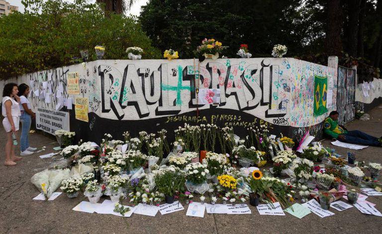Muros da Escola Estadual Professor Raul Brasil, em Suzano, com homenagens às vítimas do massacre.