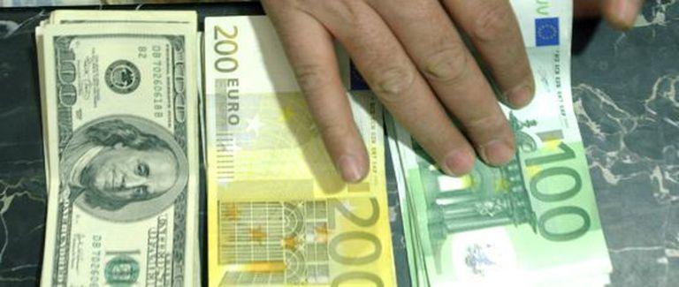 Notas de cem e duzentos euros e de cem dólares.