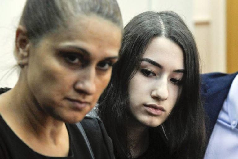 Aurelia Dunduc com uma de suas filhas em uma audiência em Moscou, em 26 de junho.