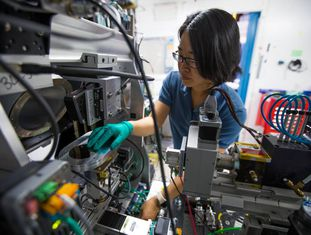 Pesquisadora em laboratório dos EUA que emprega sistemas de inteligência artificial para buscar novos materiais.
