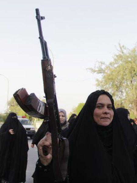 Iraquianas xiitas marcham em apoio ao Exército do país.