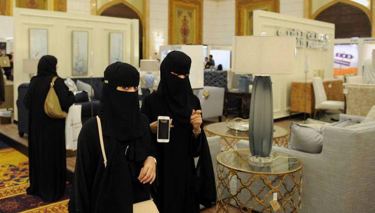 Mulheres sauditas visitam uma feira de design de interiores em Jeddah.