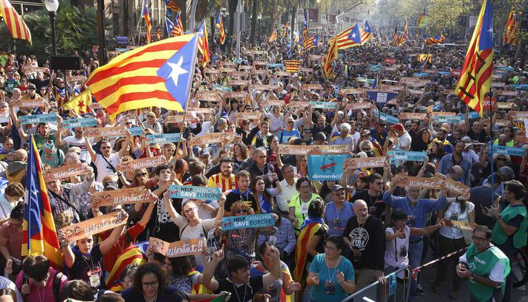 Ambiente independentista na parte externa do Parlament da Catalunha, em Barcelona.
