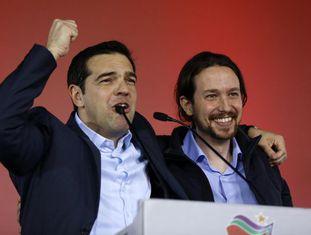 O líder do Syriza Alexis Tsipras (à esq.) ao lado do líder do espanhol Podemos, também de esquerda, Pablo Iglesias.