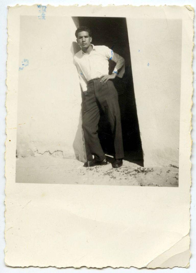 Fotografia de Jaballa Matar quando jovem, militar líbio que foi sequestrado em 1990 e torturado por se opor ao regime de Kadafi
