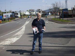 Militante da Frente Nacional distribui propaganda eleitoral na porta de uma usina siderúrgica em Hayange.
