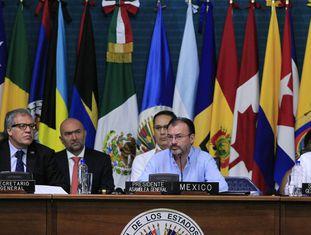 O secretário-geral da OEA, Luis Almagro (à esquerda) acompanhado do secretário de Relações Exteriores do México, Luis Videgaray (centro)