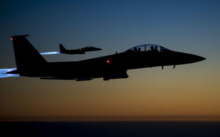 Dois caças dos EUA sobrevoam o Iraque após atacar na Síria.