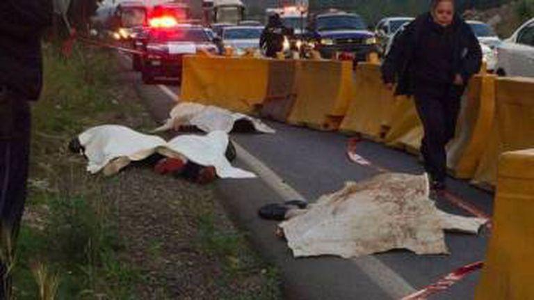 Os corpos dos quatro assaltantes na estrada México -Toluca.