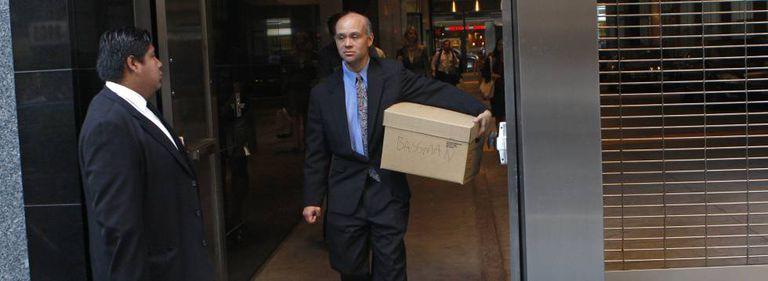 Um funcionário do Lehman Brothers sai com seus pertences da sede do banco em Nova York no dia da falência.