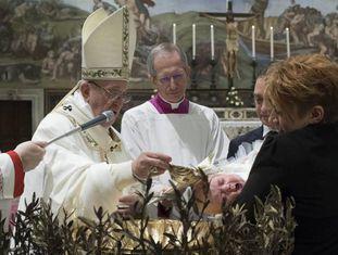 O papa Francisco, durante a tradicional cerimônia do sacramento do batismo.