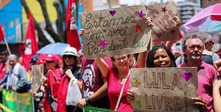 Apoiadores do ex-presidente Lula em Curitiba.