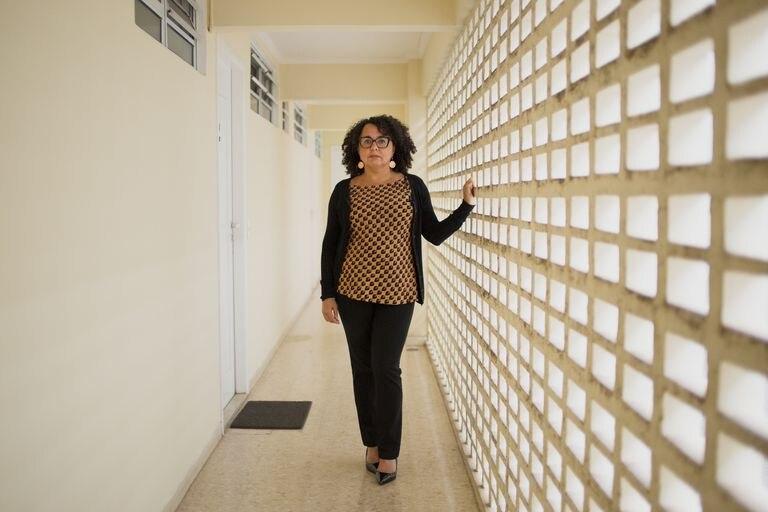Evie Barreto Santiago, 46 anos, no corredor de seu apartamento em São Paulo.