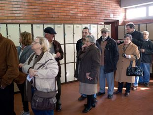 Eleitores fazem fila para votar para presidente em um colégio eleitoral em Oeiras, na região de Lisboa.