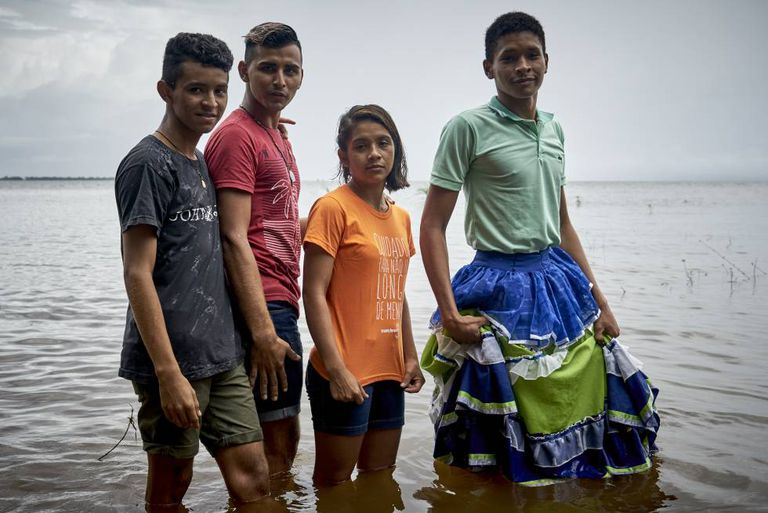 Dani e amigos na margem do rio Tapajós.