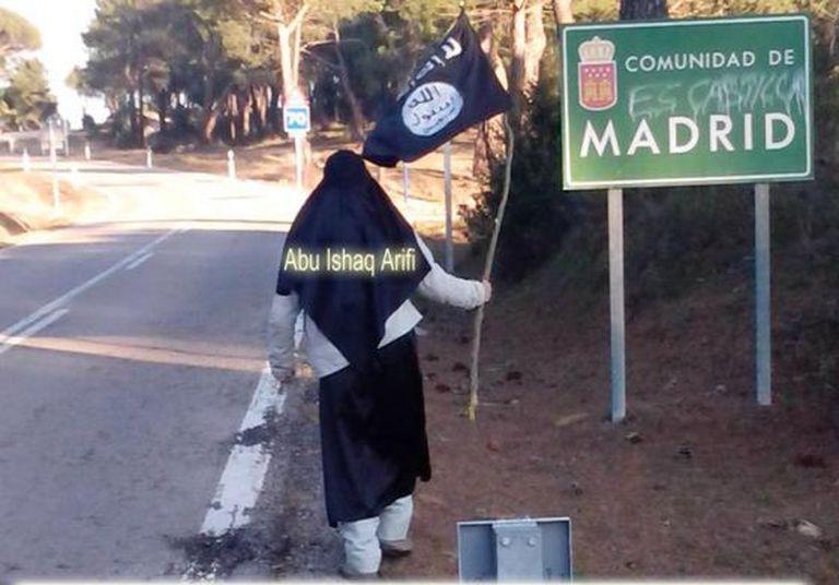 Abu Ishaq Arifi (um dos presos), com uma bandeira do EI.