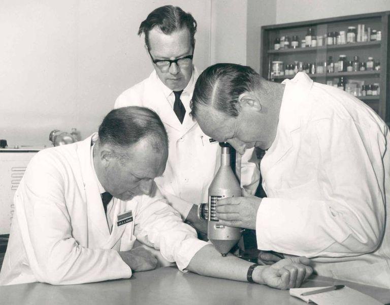 Stewart Adams se submete ao exame de um eritema provocado em seu antebraço.