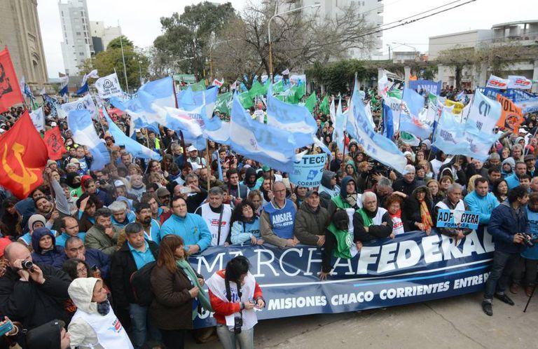 Sindicatos da província de Santa Fé partem rumo a Buenos Aires, na chamada Marcha Federal.