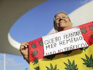 Mulher na marcha da maconha em Brasília, em maio.