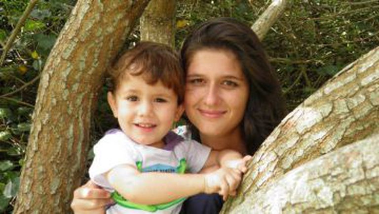 """A bióloga Juliana Evelyn, criadora do grupo """"Mães contra o zika vírus"""" e seu primeiro filho."""
