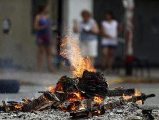 Fogueira em um bairro de Buenos Aires, na última sexta-feira.