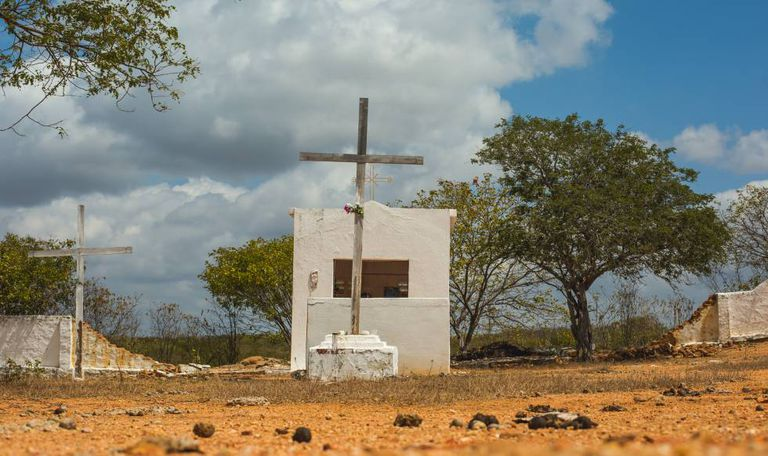 Cemitério do 'campo de concentração' em Senador Pompeu, no Ceará: nem mesmo os cadáveres dos flagelados eram enterrados junto aos demais.