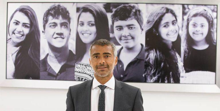 Romário posa em frente a quadro com os seis filhos no gabinete em Brasília.
