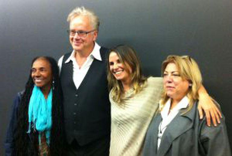Tim Robbins e Petra Costa (no centro), depois da projeção de 'Elena' em Los Ángeles nesta terça-feira.