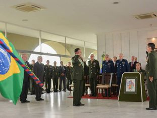 O general Mourão, que chorou em discurso homenageando o torturador Ustra, bate continência.