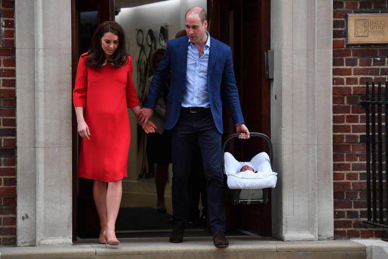 William e Kate deixam o hospital St Mary's, em Londres, com o terceiro bebê real britânico.