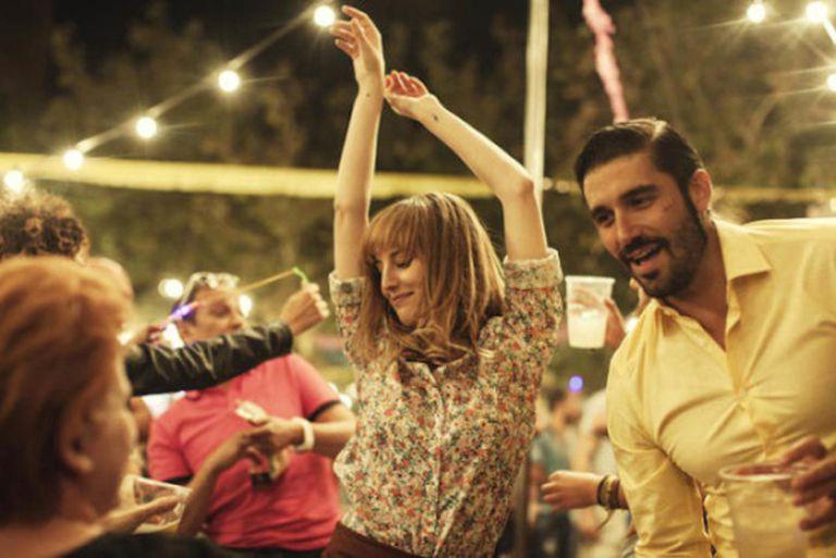 Quem falta às festas da própria cidade e não carimba o passaporte de festas em pelo menos duas cidades vizinhas é excomungado. Na imagem, a festa do filme 'Kiki'.