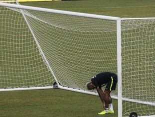 Neymar treinando com o Brasil.