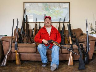 Scott Porter, com algumas de suas armas em sua casa na Louisianna.