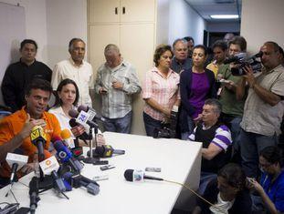 Leopoldo Lopez e María Corina Machado durante a coletiva de imprensa convocada esta tarde em Caracas.
